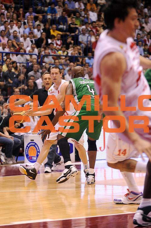 DESCRIZIONE : Milano Lega A 2008-09 Playoff Finale Gara 3 Armani Jeans Milano Montepaschi Siena<br /> GIOCATORE : Jobey Thomas<br /> SQUADRA : Armani Jeans Milano<br /> EVENTO : Campionato Lega A 2008-2009<br /> GARA : Armani Jeans Milano Montepaschi Siena<br /> DATA : 14/06/2009<br /> CATEGORIA : palleggio<br /> SPORT : Pallacanestro<br /> AUTORE : Agenzia Ciamillo-Castoria/A.Dealberto