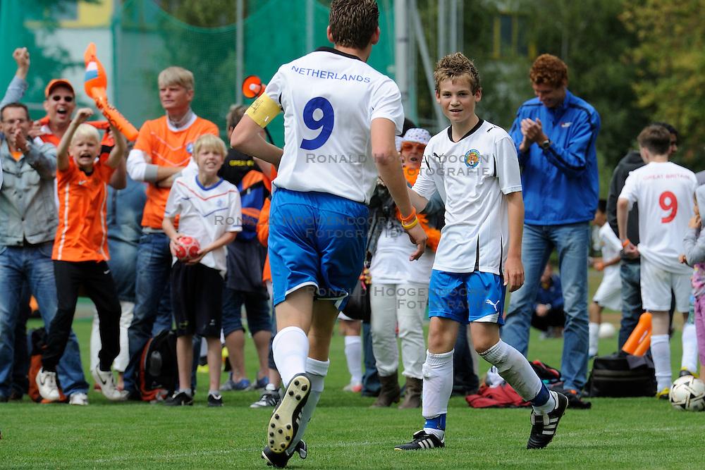 27-08-2011 VOETBAL: WK JUNIORCUP: GENEVE<br /> Nederland komt de eerste dag goed door. Alle vier de wedstrijden worden gewonnen met een doelsaldo van 12-0. Morgen de halve finales / Merijn Binnekamp scoort de 2-0 tegen de Baltische Staten<br /> &copy;2011-FotoHoogendoorn.nl