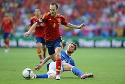 FUSSBALL  EUROPAMEISTERSCHAFT 2012   VORRUNDE Spanien - Italien            10.06.2012 Andres Iniesta (li, Spanien) gegen Claudio Marchisio (re, Italien)