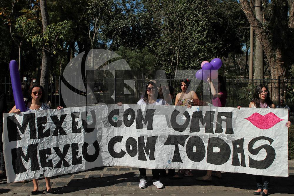CURITIBA, PR, 16 DE JULHO 2011 &ndash; MARCHA DAS VADIAS &ndash; Gritando palavras de ordem, mulheres e homens participaram na manh&atilde; de s&aacute;bado (16), em Curitiba, da Marcha das Vadias. De acordo as organizadoras, o objetivo do evento &eacute; chamar a aten&ccedil;&atilde;o para a situa&ccedil;&atilde;o de que as mulheres s&atilde;o atacadas e o respeito a liberdade de se vestir e se portar como quiser. A marcha come&ccedil;ou em frente ao Passeio P&uacute;blico, no Centro da capital, e passou pela Pra&ccedil;a Dezenove de Dezembro (do Homem Nu), Rua Bar&atilde;o do Serro Azul, Pra&ccedil;a Generoso Marques e acabou na Boca Maldita. Protestos semelhantes aconteceram em diversos pa&iacute;ses e cidades brasileiras.<br /> (FOTO: ROBERTO DZIURA JR./ NEWS FREE)
