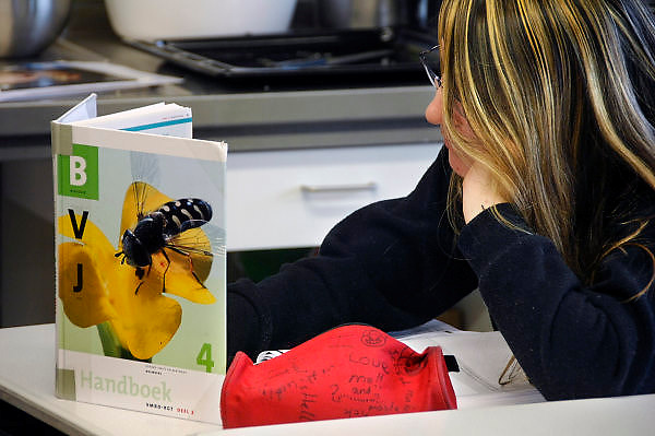Nederland, Hardenberg, 19-12-2007..VMBO school De Nieuwe Veste. De leerling leest in een biologie boek. ..Foto: Flip Franssen/Hollandse Hoogte