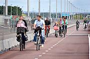 Nederland, Nijmegen, 8-7-2015Fietsers fietsen over de nieuwe waalbrug, de oversteek, die de verbinding vormt tussen de Waalsprong, nieuwe vinexwijken in oosterhout en Lent, Nijmegen-west. Hij is onderdeel van de snelfietsroute naar Arnhem.Foto: Flip Franssen