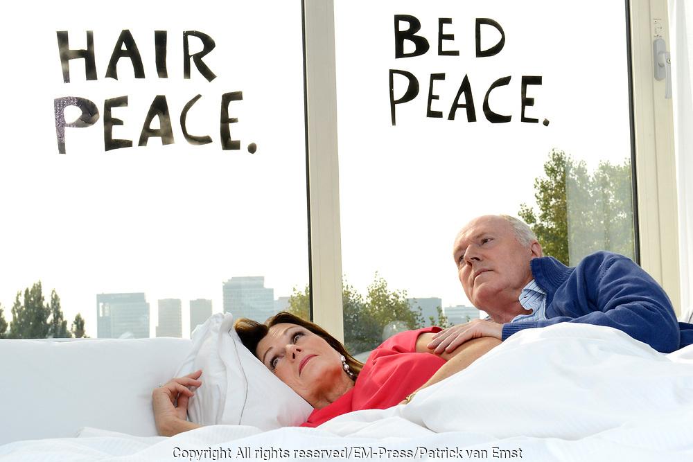 Presentatie Tot Volgend Jaar! , de nieuwe toneelvoor- stelling met Peter Tuinman en Liz Snoijink. Ze doen dit in  suite 702 van het Hilton Hotel in Amsterdam, vanuit het bed waarin John Lennon en Yoko Ono precies 45 jaar geleden hun bed-in hielden, vertellen over de thema&rsquo;s van de voorstelling: liefde, vreemdgaan, trouw, sex, schuld en genieten. <br /> <br /> Op de foto:  Peter Tuinman en Liz Snoijink