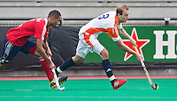 ROTTERDAM - HOCKEY -  ROTTERDAM - HOCKEY -  Billy Bakker (r) met Darren Cheesman  tijdens de oefenwedstrijd tussen de mannen van Nederland en Engeland. FOTO KOEN SUYK