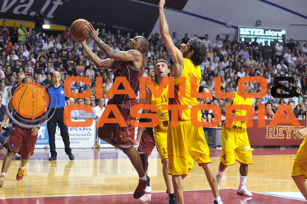 DESCRIZIONE : Venezia Lega Basket A2 2010-11 Playoff Semifinale Gara 5 Umana Reyer Venezia Prima Veroli<br /> GIOCATORE : Alvin Young<br /> SQUADRA : Umana Reyer Venezia Prima Veroli<br /> EVENTO : Campionato Lega A2 2010-2011<br /> GARA : Umana Reyer Venezia Prima Veroli<br /> DATA : 08/06/2011<br /> CATEGORIA : Tiro<br /> SPORT : Pallacanestro <br /> AUTORE : Agenzia Ciamillo-Castoria/M.Gregolin<br /> Galleria : Lega Basket A2 2010-2011 <br /> Fotonotizia : Venezia Lega Basket A2 2010-11 Playoff Semifinale Gara 5 Umana Reyer Venezia Prima Veroli<br /> Predefinita :