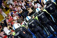 GEPA-2006086997 - WIEN, AUSTRIA,20.JUN.08 - FUSSBALL - UEFA Europameisterschaft, EURO 2008, Kroatien vs Tuerkei, CRO vs TUR, Viertelfinale. Bild zeigt die Kroatien-Fans und die Polizei.<br />Foto: GEPA pictures/ Josef Bollwein