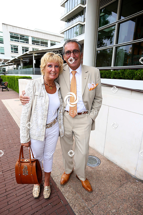 AMSTERDAM - In de tuin van het Hilton Hotel Amsterdam is de jaarlijkse haringparty weer aan de gang. Met hier op de foto  Aristakes Jessayan met zijn vrouw Nicole Karsten. FOTO LEVIN DEN BOER - PERSFOTO.NU