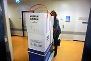 Nederland, Nijmegen, 18-6-2009Koelboxen voor het vervoer van donororganen. Een regionale coordinator van eurotransplant gaat met  haar uitrusting voor het vervoer van donororganen, op weg naar een operatiekamer voor de overdracht van een zojuist uitgenomen orgaan en zorgt dan voor transport naar de ontvangende patient.Foto: Flip Franssen