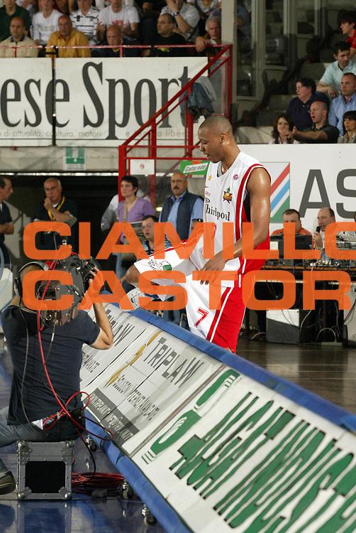 DESCRIZIONE : Varese Lega A1 2006-07 Whirlpool Varese Tisettanta Cantu<br /> GIOCATORE : Howell<br /> SQUADRA : Whirlpool Varese<br /> EVENTO : Campionato Lega A1 2006-2007 <br /> GARA : Whirlpool Varese Tisettanta Cantu<br /> DATA : 28/04/2007 <br /> CATEGORIA : Curiosita<br /> SPORT : Pallacanestro <br /> AUTORE : Agenzia Ciamillo-Castoria/G.Cottini