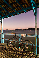 Bicicleta no trapiche da Praia de Canasvieiras ao anoitecer. Florianópolis, Santa Catarina, Brasil. / Bicycle on the pier at Canasvieiras Beach at dusk. Florianopolis, Santa Catarina, Brazil.