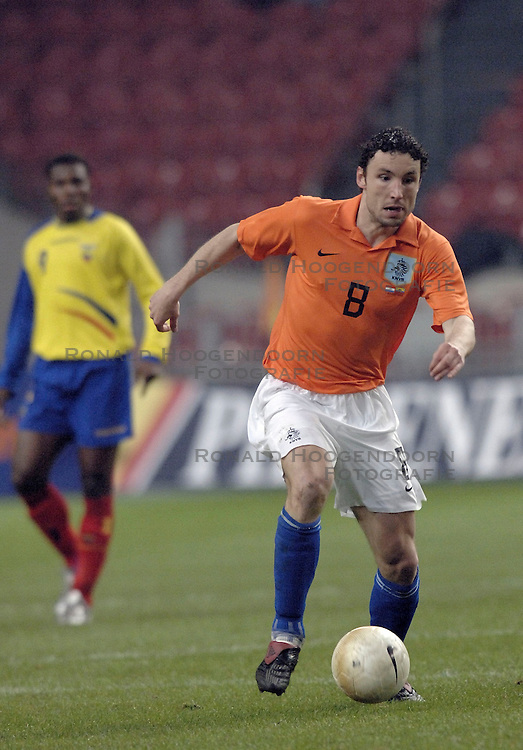 01-03-2006 VOETBAL: OEFENINTERLAND: NEDERLAND-ECUADOR: ARENA AMSTERDAM<br /> Nederland wint zeer moeizaam met 1-0 van Ecuador / Mark van Bommel<br /> &copy;2006-WWW.FOTOHOOGENDOORN.NL
