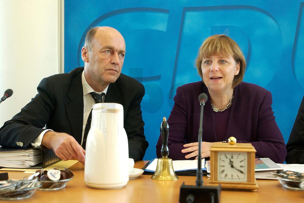 09 FEB 2004, BERLIN/GERMANY:<br /> Laurenz Meyer (L), CDU Generalsekretaer, und Angela Merkel (R), CDU Bundesvorsitzende, im Gespraech, vor Beginn einer Sitzung des CDU Bundesvorstandes, CDU Bundesgeschaeftsstelle<br /> IMAGE: 20040209-01-005<br /> KEYWORDS: Gespr&auml;ch
