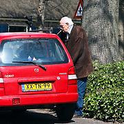 NLD/Laren/20080417 - Mies Bouwman en partner Leen Timp stapt na de lunch in de auto