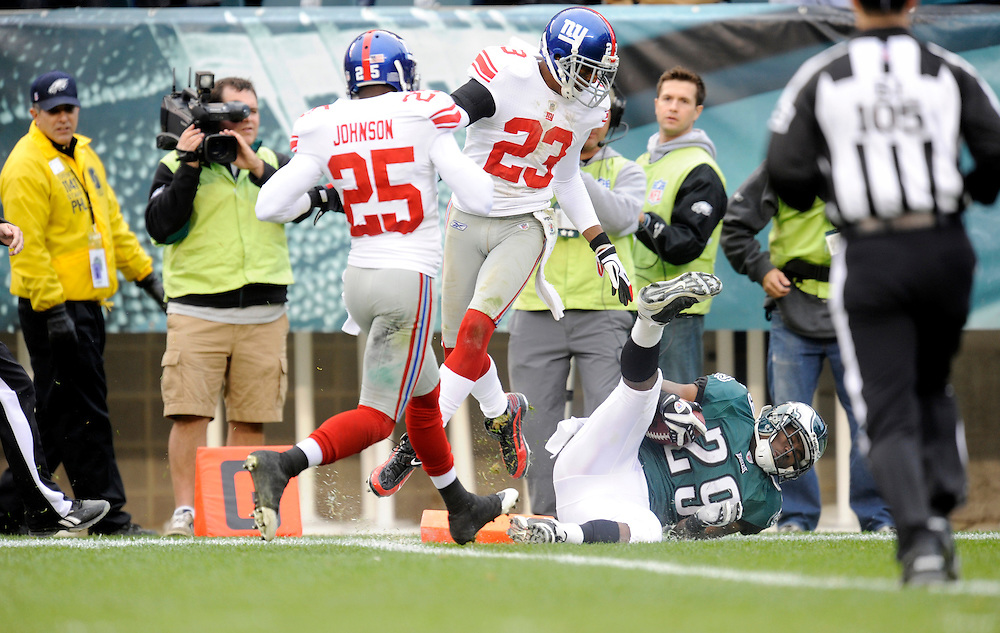 PHILADELPHIA - NOVEMBER 01: LeSean McCoy #29 of the Philadelphia Eagles scores a touchdown against the New York Giants on November 1, 2009 at Lincoln Financial Field in Philadelphia, Pennsylvania. The Eagles defeated the Giants 40 to 17(Photo by Rob Tringali) *** Local Caption ***