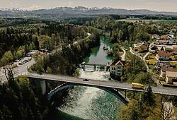 THEMENBILD - die Traunfallbrücke mit dem Fluss und dem Wasserkraftwerk, aufgenommen am 24. April 2019 in Steyrermühl, Oesterreich // the Traunfallbridge with the River and the Hydroelectric power station in  Steyrermuehl, Austria on 2019/04/24. EXPA Pictures © 2019, PhotoCredit: EXPA/ JFK