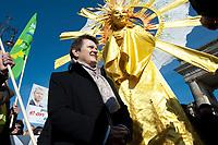 """2012, BERLIN/GERMANY:<br /> Renate Kuenast, B90/Gruene Fraktionsvorsitzende, und """"Sonnengoettin"""", Kundgebung gegen das Solarausstiegsgesetz und gegen das Scheitern der Energiewende unter dem Motto: """"Stoppt den Solar-Ausstieg"""", vor dem Brandenburger Tor<br /> IMAGE: 20120305-01-025<br /> KEYWORDS: Sonnenenergie, Demo, Demostration, Demonstrant, Demonstraten, Renate Künastn, Solarwirtschaft, Subventionen"""