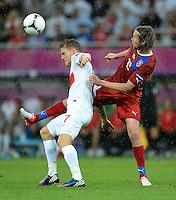FUSSBALL  EUROPAMEISTERSCHAFT 2012   VORRUNDE Tschechien - Polen               16.06.2012 Eugen Polanski (li, Polen) gegen Jaroslav Plasil (re, Tschechische Republik)