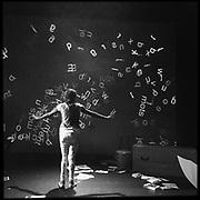 """""""JE TU IL"""" est le dernier spectacle de la """"Compagnie De l'Au-De l'Astre"""", Images tirées de la représentation au Théâtre des Osses à Fribourg, 2017.  Active depuis quinze ans, la troupe est compose?e de membres des Ateliers prote?ge?s de la Gla?ne. Forme?e de personnes en situation de handicap mental, a?ge?es entre 18 et 50 ans, la troupe pre?sente son dernier spectacle """"Je Tu Il"""" sur la sce?ne du Théâtre des Osses. Direction: Thierry Jacquier et Ana Tordera (metteurs en sce?ne) photo © romano p. riedo"""