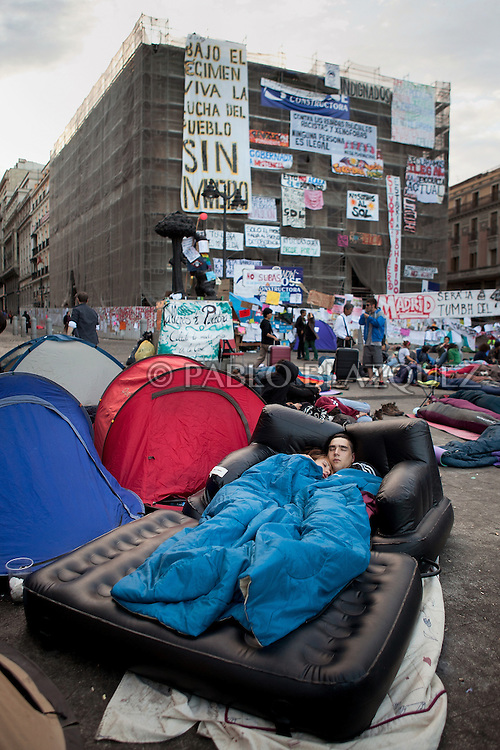 Protesters camp at Puerta del Sol square in the early hours on May 22, 2011 in Madrid, Spain. Spanish demontrators furious over the economic crisis, unemployment and politics are now one week-long protest, despite a 48 hours protest ban, ahead of local elections.  (© Pablo Blazquez)