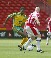 Fotball<br /> Nationwide First League England<br /> 23.08.2003<br /> Foto: Digitalsport<br /> Norway Only<br /> <br /> Photo. Andrew Unwin<br /> Sheffield United v Norwich, Nationwide League Division One, Bramall Lane, Sheffield 24/08/2003.<br /> Norwich's Damian Francis (l) looks to go past Sheffield United's captain, Robert Page (r).
