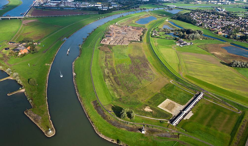 Nederland, Gelderland, Gemeente Westervoort, 03-10-2010; IJsselkop en Hondsbroeksche Pleij (rechts), Westerfoort aan de horizon. In de uiterwaard is in het kader van Ruimte voor de Rivier de dijk landinwaarts verlegd, Hierdoor is een hoogwatergeul ontstaan. In deze geul staat het regelwerk wat bij hoog water zorgt voor de verdeling van het water tussen Neder-Rijn en IJssel (naar rechts)..Head of the IJssel. Room for the River: in the floodplain the dike has moved inland, creating a flood channel. At high water the control works will regulate the distribution of water between the Lower Rhine and IJssel..luchtfoto (toeslag), aerial photo (additional fee required).foto/photo Siebe Swart