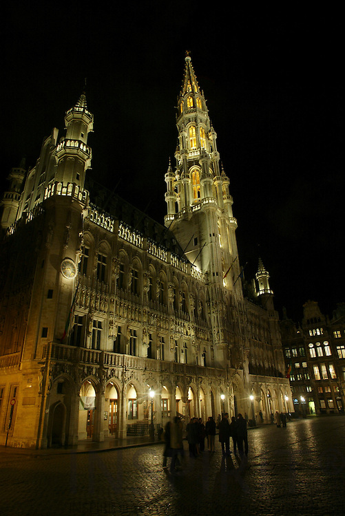 BRUSSELS - BELGIUM - 16 FEBRUARY 2006 -- Grand Place by night here the City Hall (Hôtel de Ville). PHOTO: ERIK LUNTANG /