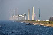 Nederland, Urk, 19-2-2015Initiatiefnemers NOP Agrowind, energiebedrijf RWE Essent en Westermeerwind bouwen het grootste windpark van Nederland op land en in het water langs de dijken van het IJsselmeer.  De stroomproducent bouwt hierr windmolens die aanzienlijk groter zijn als de bestaande. Er is veel bezwaar vanuit de bevolking tegen dit plan. Bouw, nieuwe, uitbreiding, vergroten, vergroting, hoge, dijkFoto: Flip Franssen/Hollandse Hoogte