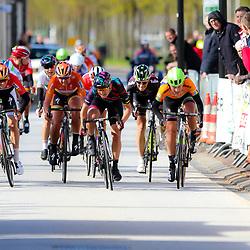 23-04-2016: Wielrennen: Topcompetitie vrouwen: Borsele  <br /> s-Heerenhoek (NED) wielrennen <br /> De omloop van Borsele een koers met kenmerkende smalle passages over dijken kent met wind. meestal veel strijd. Na 137 kilometer wedstrijd was de Italiaanse Barbera Guarichi de sterkste in de sprint van de eerste groep. Tweede werd Luxemburgs Kampioen Christine Majerus en derde Floortje Mackay