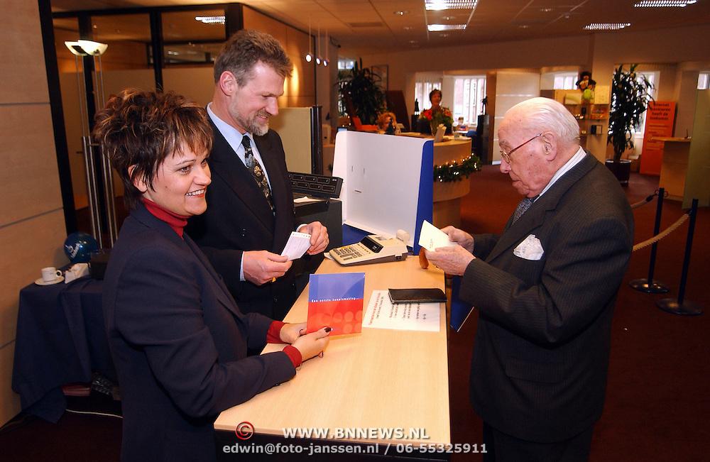 Overhandiging Euro kit aan 100 jarige dhr. D. Enterman Rabobank Huizen door Henny van der Meulen