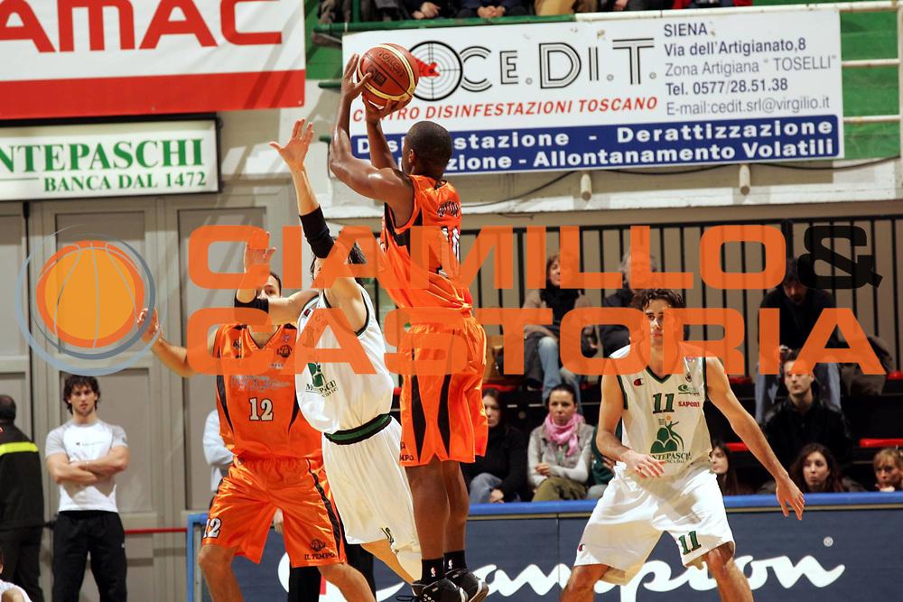 DESCRIZIONE : Siena Lega A1 2005-06 Montepaschi Siena Viola Reggio Calabria <br /> GIOCATORE : Guyton <br /> SQUADRA : Viola Reggio Calabria <br /> EVENTO : Campionato Lega A1 2005-2006 <br /> GARA : Montepaschi Siena Viola Reggio Calabria <br /> DATA : 26/02/2006 <br /> CATEGORIA : Tiro <br /> SPORT : Pallacanestro <br /> AUTORE : Agenzia Ciamillo-Castoria/P.Lazzeroni