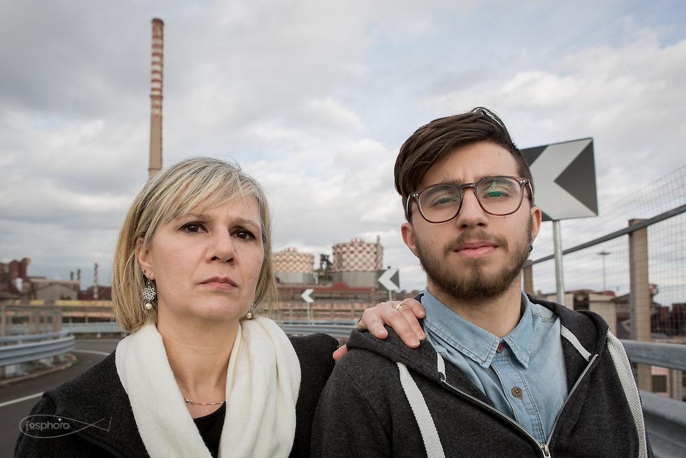 Taranto, ILVA, Feb. 2016 - Genitori Tarantini: Mariadelia con il figlio Leoluca, che ha lottato contro un sarcoma, costatogli l'asportazione del polpaccio.