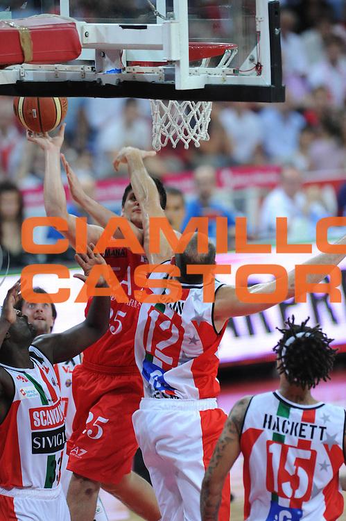 DESCRIZIONE : Pesaro  Lega A 2011-12 Scavolini Siviglia Pesaro EA7 Emporio Armani Milano  play off semifinale gara 3<br /> GIOCATORE : Marco Cusin <br /> CATEGORIA : stoppata<br /> SQUADRA : Scavolini Siviglia Pesaro<br /> EVENTO : Campionato Lega A 2011-2012 Play off semifinale gara 3<br /> GARA : Scavolini Siviglia Pesaro  EA7 Emporio Armani Milano <br /> DATA : 02/06/2012<br /> SPORT : Pallacanestro <br /> AUTORE : Agenzia Ciamillo-Castoria/ GiulioCiamillo<br /> Galleria : Lega Basket A 2011-2012  <br /> Fotonotizia : Pesaro  Lega A 2011-12 Scavolini Siviglia Pesaro EA7 Emporio Armani Milano play off semifinale gara 3<br /> Predefinita :