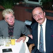 NLD/Amsterdam/19940422 - Feestje verjaardag Paul Wilking op Schiphol, Bueno de Mesquita en partner Marga