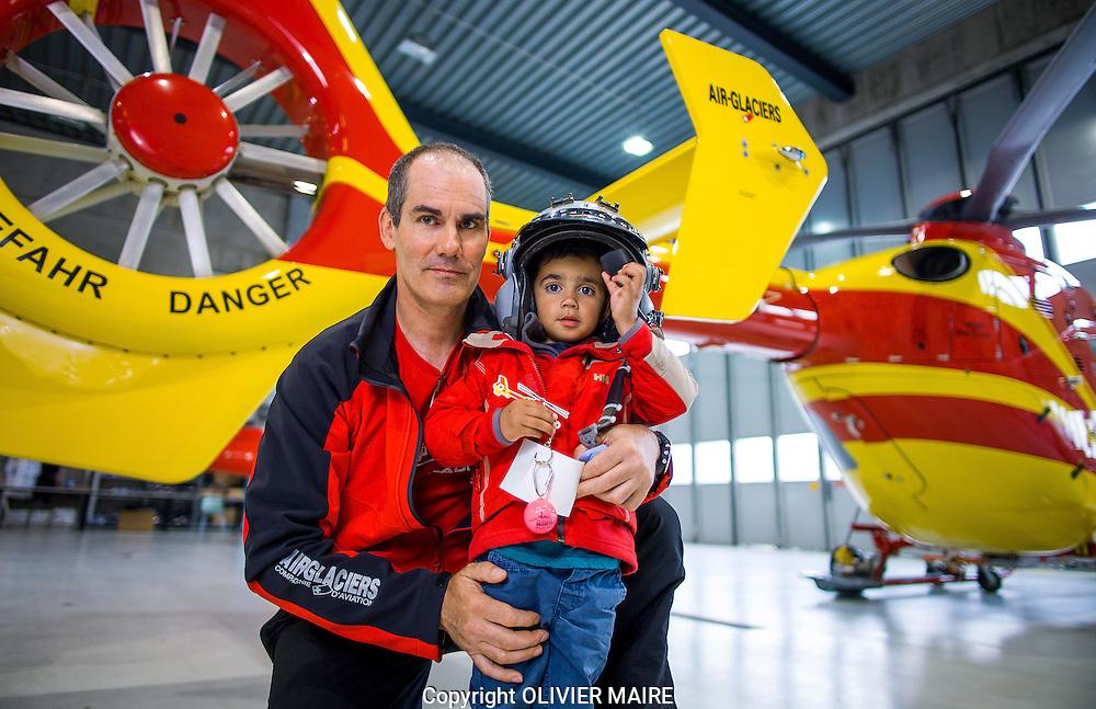 Bertrand Raetz, pilote chez Air Glaciers et son fils Paul dans les hangars de la compagnie le 1 mai 2015 a Sion (PHOTO-GENIC.CH/ OLIVIER MAIRE)