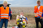 Robert Braam is bezig met de warming up. Op maandagochtend vinden de kwalificaties plaats. Het team slaagt er door valpartijen niet in om de rijders en de VeloX V te kwalificeren. Het Human Power Team Delft en Amsterdam (HPT), dat bestaat uit studenten van de TU Delft en de VU Amsterdam, is in Amerika om te proberen het record snelfietsen te verbreken. Momenteel zijn zij recordhouder, in 2013 reed Sebastiaan Bowier 133,78 km/h in de VeloX3. In Battle Mountain (Nevada) wordt ieder jaar de World Human Powered Speed Challenge gehouden. Tijdens deze wedstrijd wordt geprobeerd zo hard mogelijk te fietsen op pure menskracht. Ze halen snelheden tot 133 km/h. De deelnemers bestaan zowel uit teams van universiteiten als uit hobbyisten. Met de gestroomlijnde fietsen willen ze laten zien wat mogelijk is met menskracht. De speciale ligfietsen kunnen gezien worden als de Formule 1 van het fietsen. De kennis die wordt opgedaan wordt ook gebruikt om duurzaam vervoer verder te ontwikkelen.<br /> <br /> The qualifying on Monday. The team didn't qualify due to crashes. The Human Power Team Delft and Amsterdam, a team by students of the TU Delft and the VU Amsterdam, is in America to set a new  world record speed cycling. I 2013 the team broke the record, Sebastiaan Bowier rode 133,78 km/h (83,13 mph) with the VeloX3. In Battle Mountain (Nevada) each year the World Human Powered Speed Challenge is held. During this race they try to ride on pure manpower as hard as possible. Speeds up to 133 km/h are reached. The participants consist of both teams from universities and from hobbyists. With the sleek bikes they want to show what is possible with human power. The special recumbent bicycles can be seen as the Formula 1 of the bicycle. The knowledge gained is also used to develop sustainable transport.