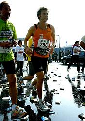 21-10-2007 ATLETIEK: ANA BEIJING MARATHON: BEIJING CHINA<br /> De Beijing Olympic Marathon Experience georganiseerd door NOC NSF en ATP is een groot succes geworden / 786 en vele bekertjes met water en sponzen - creative item illustratief<br /> ©2007-WWW.FOTOHOOGENDOORN.NL