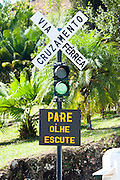 Mariana_MG, Brasil...Linha de trem em Mariana. Na foto detalhe da placa de cruzamento do asfalto com a linha do trem...The train track in Mariana. In this photo a sign detail of crossing between asphalt and railroad. ..Foto: LEO DRUMOND / NITRO