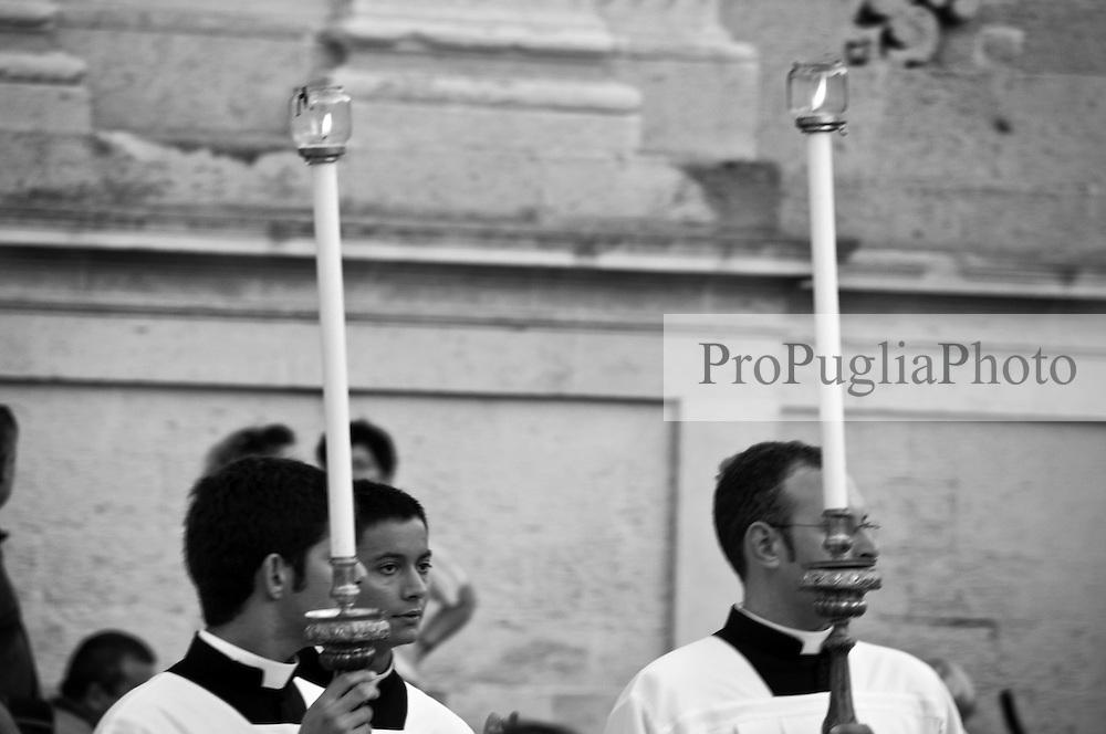 Lecce - Festeggiamenti in onore di Sant'Oronzo, San Giusto e San Fortunato. I sacerdoti che guideranno la processione si preparano.