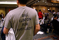 A supporter of US Democratic presidential candidate Sen. Hillary Clinton (D-NY), waits for the Democratic caucus at the Luxor hotel and casino in Las Vegas January 19, 2008.  REUTERS/Rick Wilking  (UNITED STATES)  US PRESIDENTIAL ELECTION CAMPAIGN 2008 (USA)