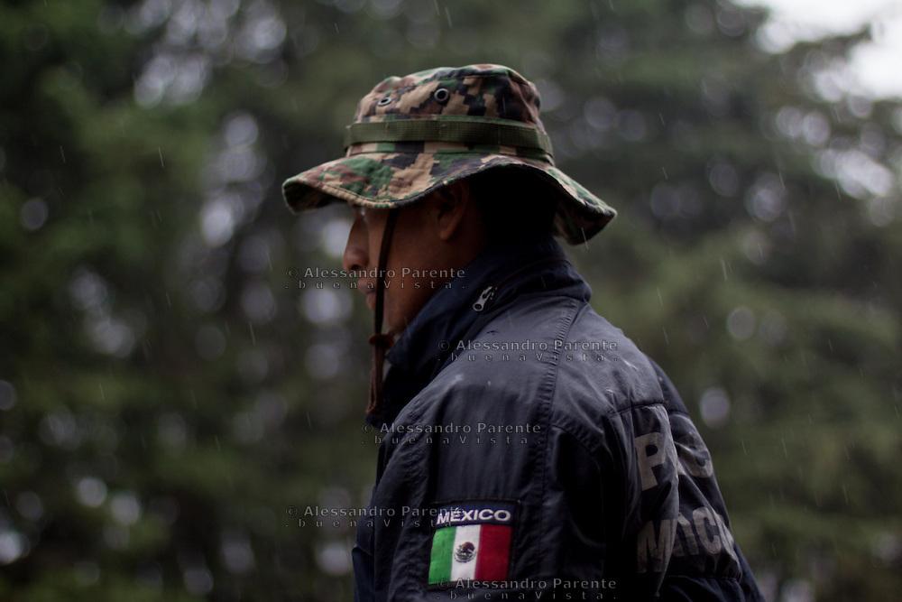 Nonostante abbiano le proprie leggi e i propri metodi, la ronda comunitaria di Cheran viene equipaggiata dal governo messicano, dal quale riceve gli stipendi.