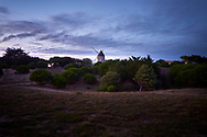 De duinen met molen tijdens zonsondergang op Île de Noirmoutier, Vendée, Frankrijk  - Dunes with mill during sunset on Île de Noirmoutier, Vendée, France