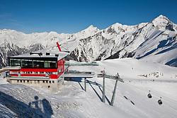THEMENBILD - Adlerlounge im Grossglocknerresort. Wintersportler mit Skiern und Snowboard vor der Adlerlounge (2621m) am Cimaros, im Hintergrund die Granatspitzgruppe. Kals am 27.02.2010. EXPA Pictures © 2010, PhotoCredit: EXPA/ Johann Groder
