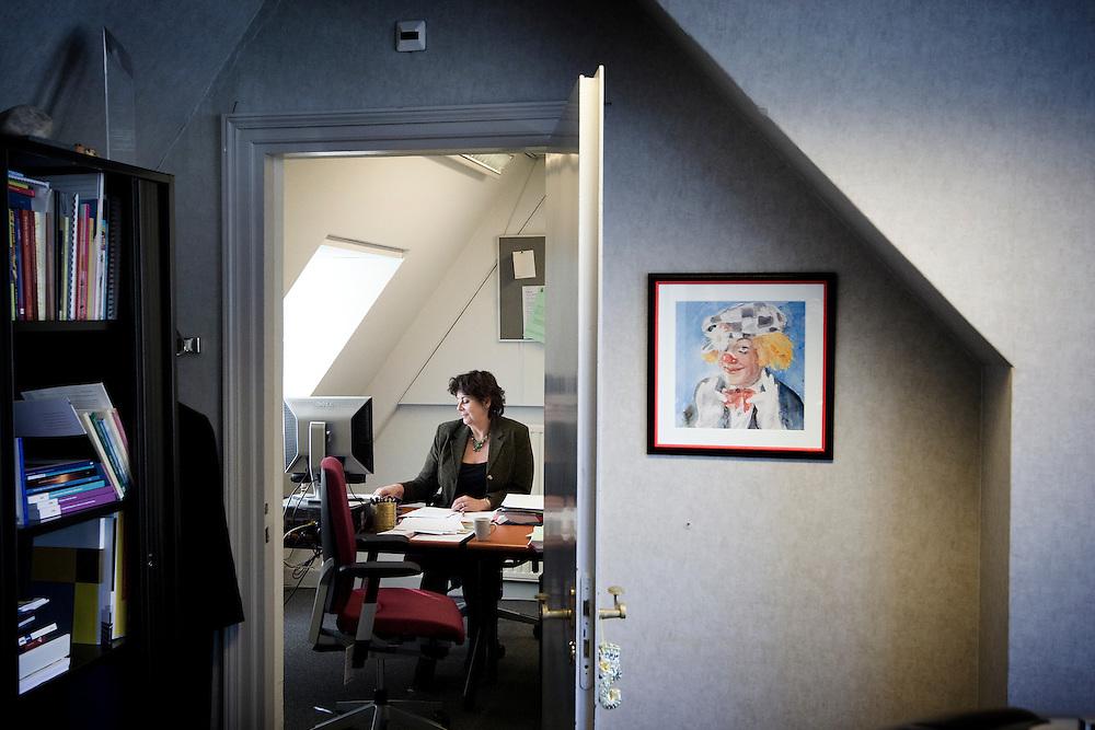 Nederland. Den Haag, 16 oktober 2007. <br /> Oud VVD fractielid Rita Verdonk heeft gisteravond bekend gemaakt haar partijlidmaatschap op te zeggen. In een gesprek met het partijbestuur van de VVD werd ze voor de keus gesteld of haar zetel of haar lidmaatschap van de VVD opgeven. Ze koos voor het laatste en gaat als partijloos kamerlid verder. Sinds 13 september, toen Verdonk uit de fractie werd gezet, bezet zij een kleine , goed beveiligde kamer op het Binnehof (foto).<br /> Foto Martijn Beekman <br /> NIET VOOR TROUW, AD, TELEGRAAF, NRC EN HET PAROOL