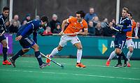 BLOEMENDAAL - Alexander Hendrickx (Pinoke) met Arthur van Doren (Bldaal)   tijdens de competitie hoofdklasse hockeywedstrijd heren, Bloemendaal-Pinoke (3-2)   COPYRIGHT KOEN SUYK