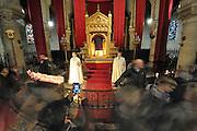25 mars 2016: Des pélerins passent devant la sainte Tunique du Christ qui est exposée dans la basilique Saint Denys d'Argenteuil. Argenteuil, 95. France.