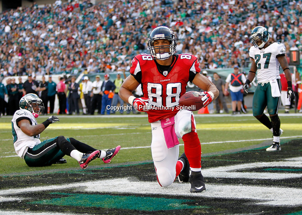 Atlanta Falcons tight end Tony Gonzalez (88) catches a 13 yard fourth quarter touchdown pass that cuts the Philadelphia Eagles lead to 28-17 during the NFL week 6 football game against the Philadelphia Eagles on Sunday, October 17, 2010 in Philadelphia, Pennsylvania. The Eagles won the game 31-17. (©Paul Anthony Spinelli)
