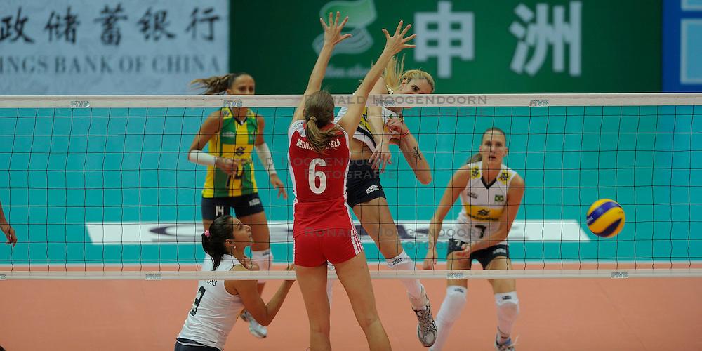 26-08-2010 VOLLEYBAL: WGP FINAL POLAND - BRAZIL: BEILUN NINGBO<br /> Brazil beat Poland 3-1 / Thaisa Menezes (6) of Brazil spikes with Marianne Steinbrecher (7) and Fabiana de Oliveira (14) on the watch<br /> &copy;2010-WWW.FOTOHOOGENDOORN.NL