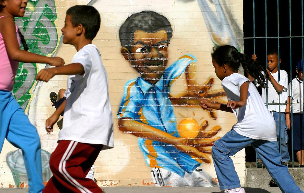 Sao Paulo_SP, Brasil...Criancas brincando proximo a um grafite, no patio da escola.  Escola Estadual Brigadeiro Gaviao Peixoto...Children playing next to a graffiti in the school courtyard. Brigadeiro Gaviao Peixoto State School ...Foto: LEO DRUMOND / NITRO