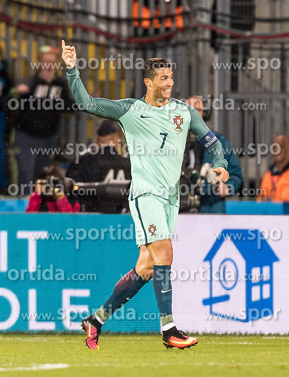 25.06.2016, Stade Bollaert Delelis, Lens, FRA, UEFA Euro 2016, Kroatien vs Portugal, Achtelfinale, im Bild Torjubel Portugal nach dem Siegestor von Ricardo Quaresma (POR), Cristiano Ronaldo (POR) // Portugal celebrates after winning Goal of Ricardo Quaresma (POR) Cristiano Ronaldo (POR) during round of 16 match between Croatia and Portugal of the UEFA EURO 2016 France at the Stade Bollaert Delelis in Lens, France on 2016/06/25. EXPA Pictures © 2016, PhotoCredit: EXPA/ JFK