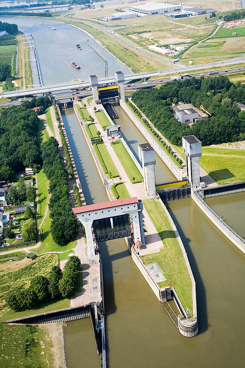 Nederland, Gelderland, Tiel, 28-06-2006; luchtfoto (25% toeslag Prins Bernhardsluis in het Amsterdam-Rijn Kanaal; schutsluis tussen kanaal (boven) en rivier de Waal; links de oude sluiskolk, rechts de nieuwere (breder net achter de sluis de A15 en Betuweroute; scheepvaart, binnenvaart, waterstaat, verkeer en vervoerbouw, transport, infrastructuur, infrabundel, mobiliteit, planologie, Betuwlijn; zie ook andere (lucht)foto's van deze lokatie.luchtfoto (toeslag aerial photo (additional fee required .foto Siebe Swart / photo Siebe Swart